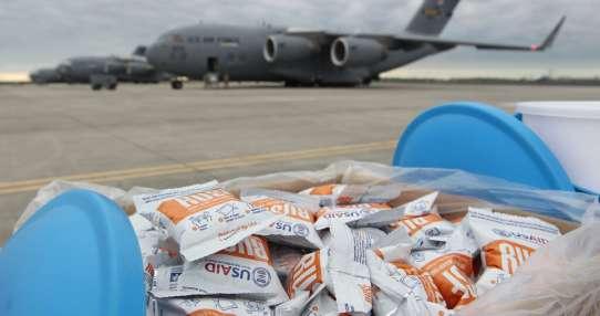 Las cajas contienen suministros de higiene y asistencia para unas 25.000 personas. Foto: AP