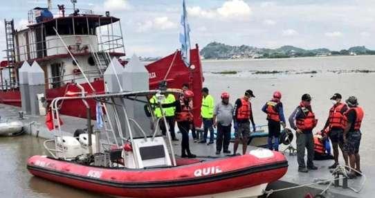 Su cuerpo fue recibido por sus familiares en el muelle del BCBG. Foto: Cuerpo de Bomberos de Guayaquil