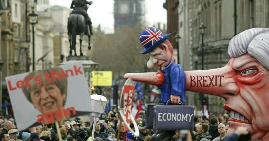 Miles de británicos piden otro referendo para el Brexit. Foto: AP