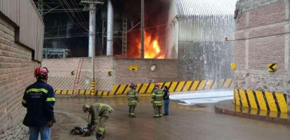 Se ha realizado la evacuación en un perímetro de 100 metros y las vías aledañas han sido cerradas. Foto: ECU911 Cuenca