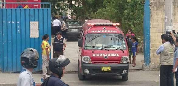 Los bomberos determinaron que no había gases tóxicos en el ambiente, sin embargo 11 estudiantes fueron atendidos en ambulancias. Foto: Redes