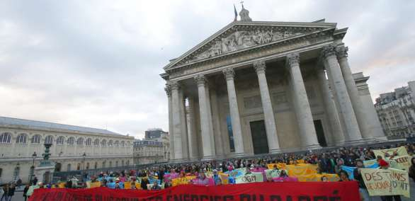 Activistas medioambientales muestran una pancarta durante una manifestación en favor del Acuerdo del Clima de París, en el Panteón de París, Francia el 12 de diciembre de 2017. Foto: AP