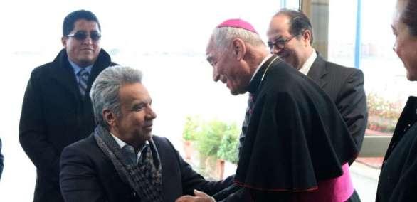 El prelado representante directo de la Santa Sede en el arribo del mandatario Moreno. Foto: Cancillería