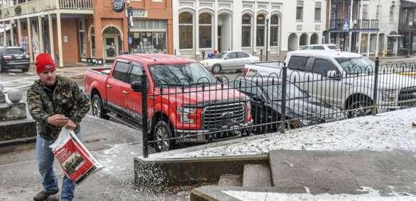 MISISIPI, Estados Unidos.- Un habitante de la ciudad de Oxford trata de derretir el hielo de la entrada de su casa. Foto: AP