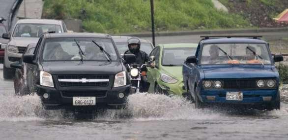 GUAYAQUIL, Ecuador.- Se reportan avenidas colapsadas y el tránsito se ha congestionado en algunos puntos de la ciudad, como el de Álamos Norte. Foto: API