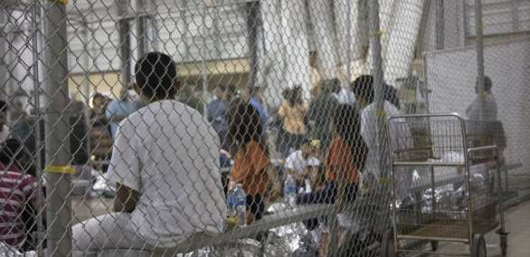Entre el 5 de mayo y el 9 de junio 2.342 niños fueron separados de sus familias. Foto: AFP