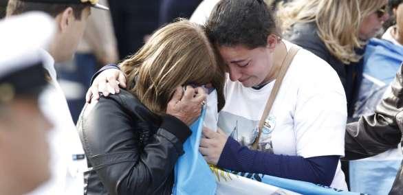 MAR DEL PLATA, Argentina.- familiares de la tripulación del desaparecido submarino ARA San Juan se abrazan tras ceremonia. AP.