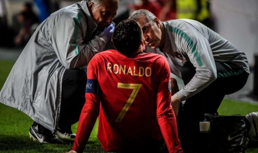 Cristiano Ronaldo atendido por el cuerpo médico de Portugal.