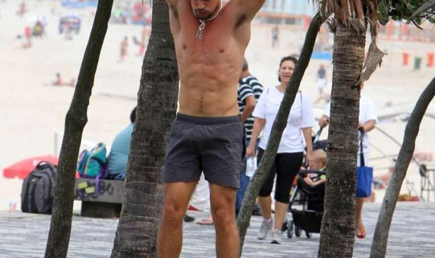 Cauã practica jiu jitsu, surf y yoga.