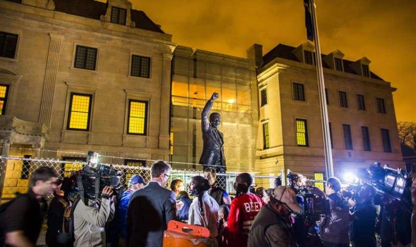 En Estados Unidos, a las afueras de la embajada de Sudáfrica, gente despide a Nelson Mandela. Foto: EFE