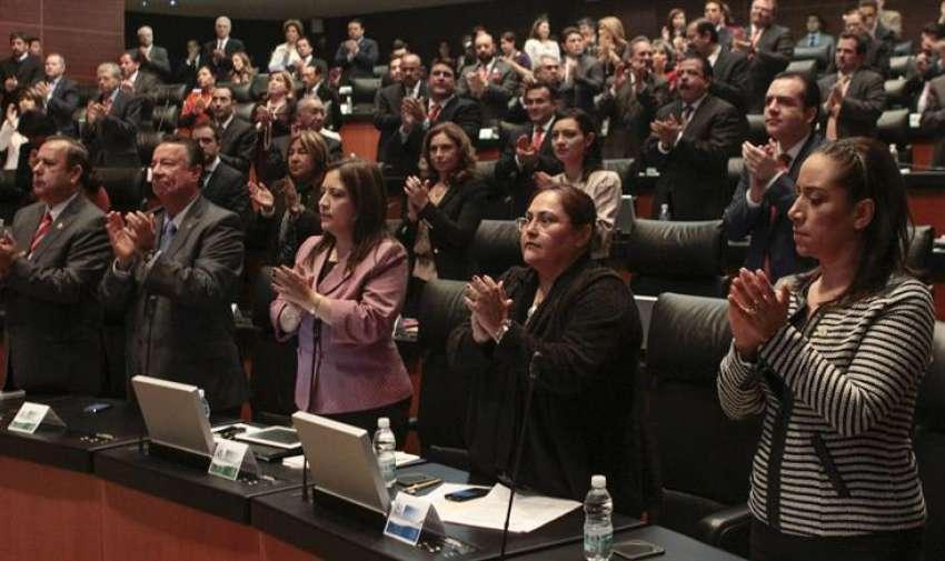 Senadores mexicanos aplauden en honor al  líder sudafricano Nelson Mandela. Foto: EFE
