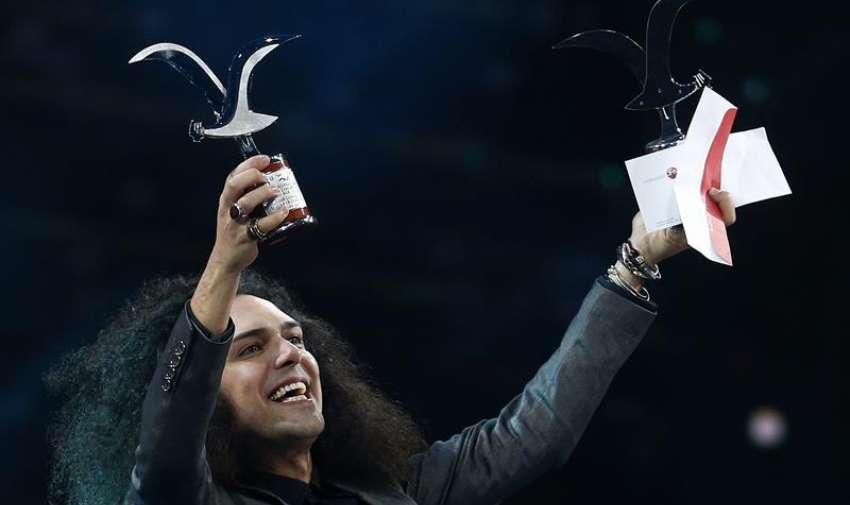 """El cantante Michele Cortese representante de Italia tras ganar con la canción """"Per Fortuna"""" el galardón al mejor intérprete y mejor canción en la categoría de la competencia internacional. EFE"""