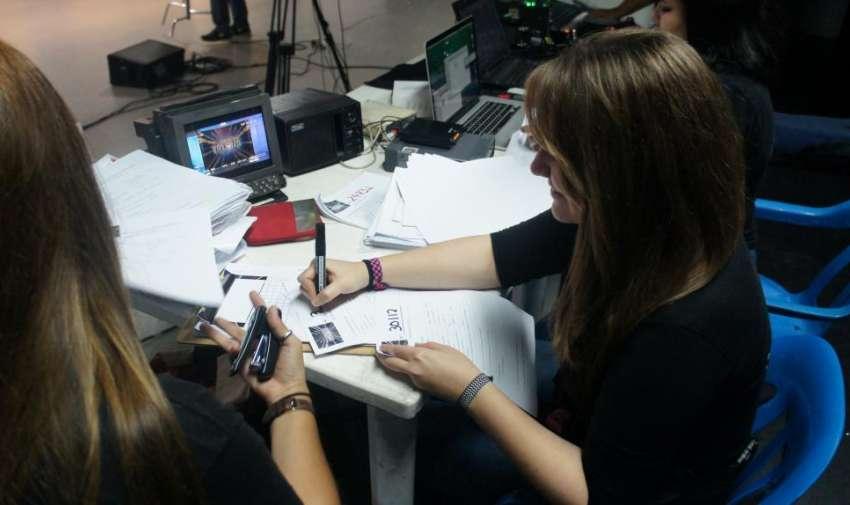 El equipo de producción dejando las fichas listas para los aspirantes al reality. Foto: Ecuavisa