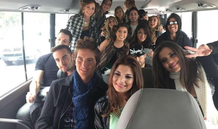 En el bus van juntos como en los viejos tiempos camino a la escuela