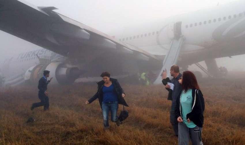 Los pasajeros a pie de un avión de Turkish Airlines después de que salió de la pista al aterrizar en el aeropuerto de Katmandú en la capital nepalí de Katmandú el 4 de marzo de 2015. AFP