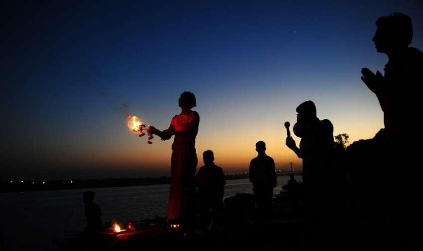 Devotos hindúes indios realizan oraciones de la tarde en Sangam , la confluencia de los ríos Ganges , Yamuna y el mítico Saraswati , en Allahabad, el 10 de marzo de 2015. AFP