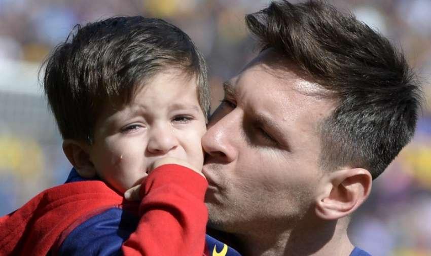 El delantero argentino del Barcelona Lionel Messi tiene a su hijo Thiago Messi antes del partido de fútbol de la liga española FC Barcelona vs Rayo Vallecano en el estadio Camp Nou en Barcelona el 8 de marzo de 2015. AFP