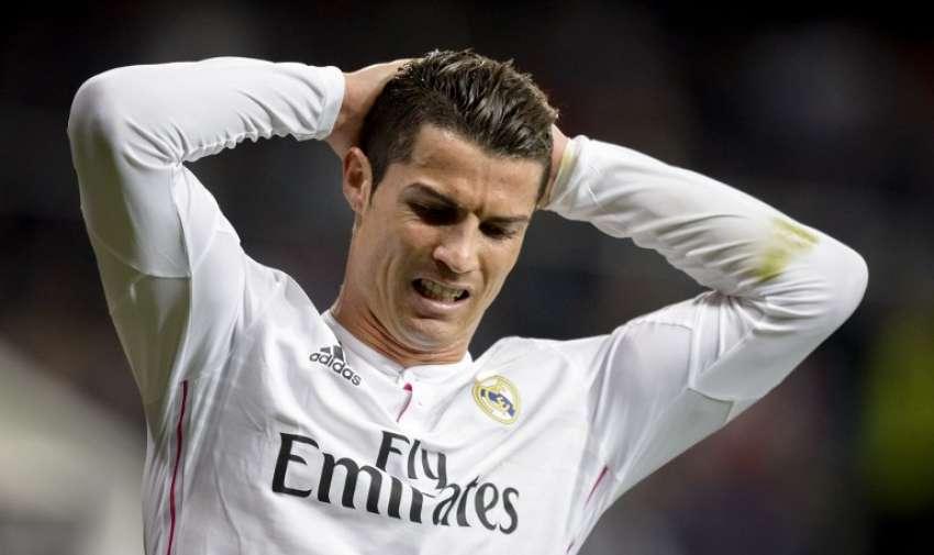 El delantero portugués Cristiano Ronaldo haciendo gestos durante la ronda del partido 16 en  la UEFA Champions League partido de fútbol Real Madrid CF vs FC Shalke 04 en el estadio Santiago Bernabéu de Madrid el 10 de marzo de 2015. AFP