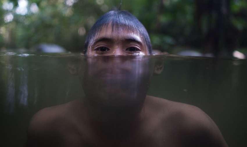 Un joven de Malasia se enfría en un río debido al clima caliente en Hulu Langat , en las afueras de Kuala Lumpur el 2 de marzo de 2015. AFP