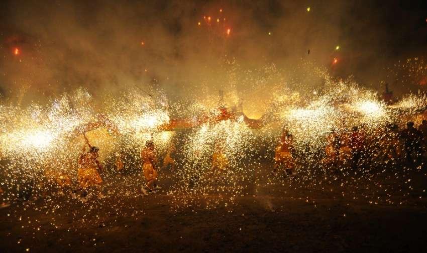 Esta foto tomada el 05 de marzo 2015 muestra a las personas que celebraban el festival de la linterna , que marca el último día del festival de primavera tradicional de China , en Fengshun , Guangdong , sur de China . AFP