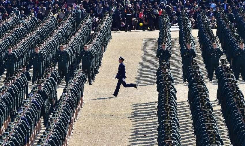 Un oficial del ejército de Corea del Sur recién instalado ( C ) corre a su cargo durante la ceremonia de la comisión conjunta de 6.478 nuevos oficiales del ejército , la marina, la fuerza aérea y la infantería de marina en la sede militar Gyeryongdae al sur de Seúl. AFP