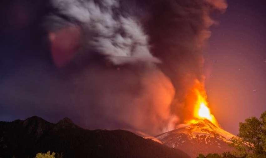 Imagen del volcán Villarrica , ubicado cerca de Villarrica 1.200 kilometros de Santiago , en el sur de Chile , que entró en erupción el 03 de marzo 2015 obligando a la evacuación de unas 3.000 personas en los pueblos cercanos. Foto: AFP