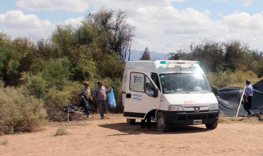 Los equipos de rescate recogen restos humanos entre los escombros de los helicópteros que chocaron en pleno vuelo cerca de Villa Castelli , en la provincia argentina de La Rioja. AFP