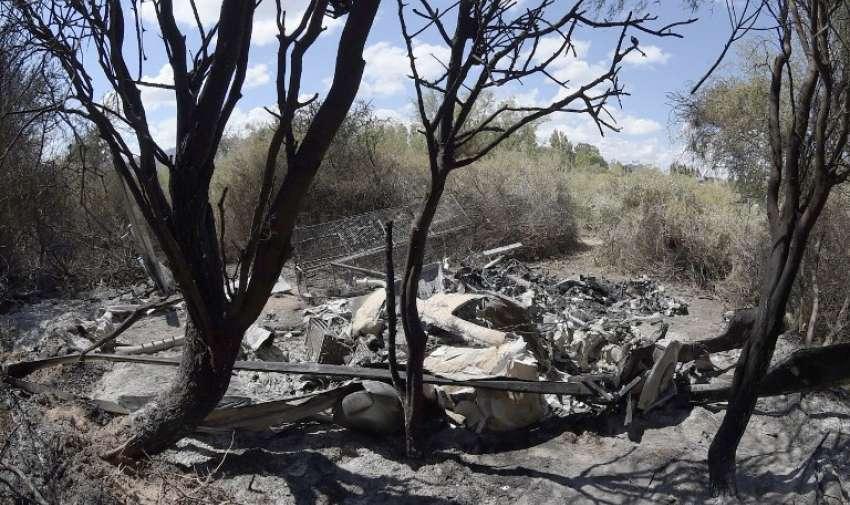 Los restos de los helicópteros que chocaron en pleno vuelo cerca de Villa Castelli , en la provincia argentina de La Rioja. Los dos helicópteros chocaron en el norte de Argentina , matando a 10 personas, entre ellas un grupo de estrellas del deporte francés. AFP