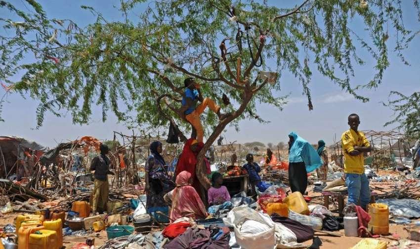 Refugiados somalíes están entre sus pertenencias esparcidas después de que sus refugios temporales fueron destruidos por los soldados somalíes el 04 de marzo 2015 en el campamento de refugiados en el sur de Mogadiscio Sarkusta . AFP