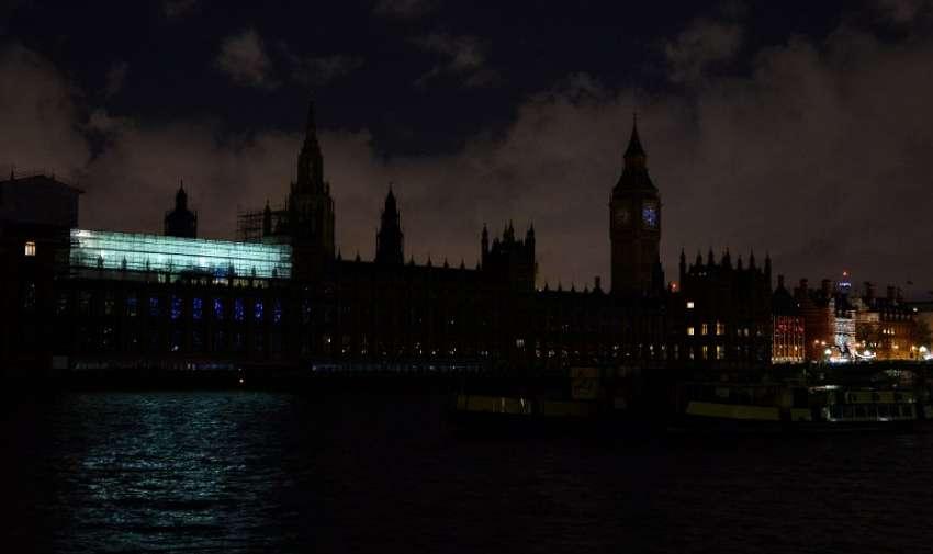 El centro de Londres muestra las Casas del Parlamento, sumergidas en las tinieblas de la campaña ambiental La Hora del Planeta . AFP