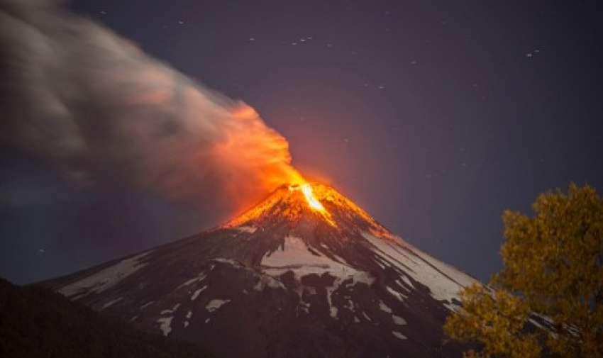 El volcán Villarrica, en el sur de Chile y uno de los más activos del país, entró en erupción la madrugada de este martes, provocando la evacuación de unas 3.000 personas de zonas aledañas al macizo. Foto: AFP