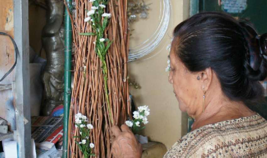 GUAYAQUIL.- Olga López también trabaja en el Mercado de Flores. Ella elabora arcos con flores para ceremonias como bodas y graduaciones. Olga heredó este oficio de su mamá.