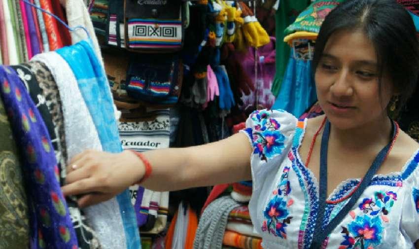 GUAYAQUIL.- Jessica Montalvo labora en el Mercado Artesanal, ubicado frente a Plaza Vernaza. Jessica elabora la mayor parte de las prendas que comercializa. Llegó a la urbe porteña cuando tenìa 11 años desde Atuntaqui.
