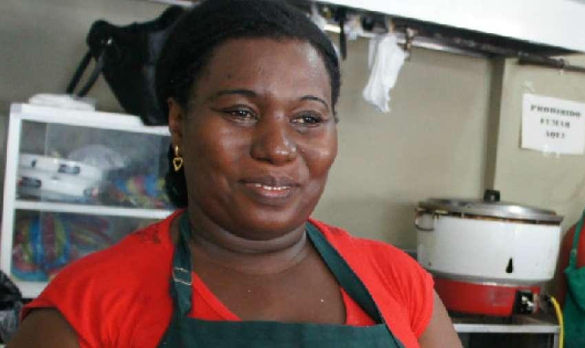 """GUAYAQUIL.- Ruth Corozo labora en el Restaurante """"La Albacora Dorada"""" desde hace cuatro años, pero siempre estuvo involucrada en el negocio de la comida. Su jornada empieza desde que sale de su casa, a las 05h30 y finaliza a las 16h30."""