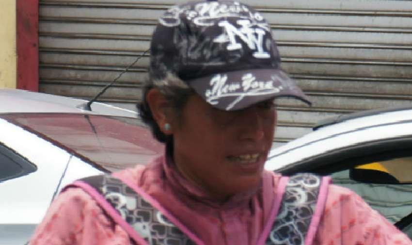 """GUAYAQUIL.- Patricia Merino es de Quito, pero tiene cuatro meses en Guayaquil. Es hija única y vende botellas de agua a los transeúntes en diferentes sectores de la ciudad para ayudar a su papá, a quien visita en el Asilo Sofía Ratinoff, ubicado en la zona conocida como """"Entrada de la 8""""."""