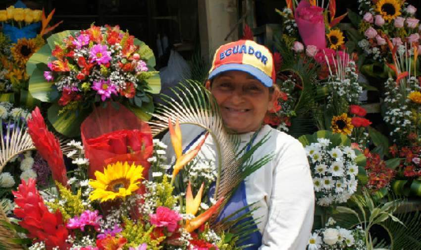 GUAYAQUIL.- Carmen Fernández trabaja en el Mercado de las Flores de 08h00 a 21h00. Ella lleva diez años en esta actividad, de la que disfruta ejerciendo.