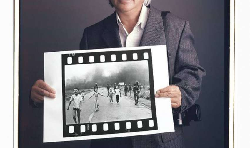 """Nick Ut  8 de junio de 1972 – Poblado de Trang Bang — """"Kim Phux, una niña de 9 años, huye de su casa al Sur de Vietnam después de que su poblado haya sido bombardeado con napalm."""""""