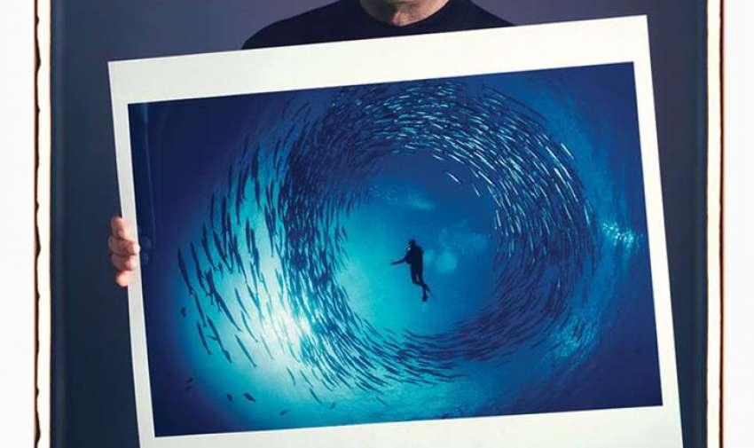 """David Doubilet  """"Circulo de Barracudas, New Ireland, Papua New Guinea. Los océanos del mundo no tienen líneas rectas y bancos de peces creando círculos perfectos es algo rarísimo, pero estas barracudas crean este círculo como defensa."""