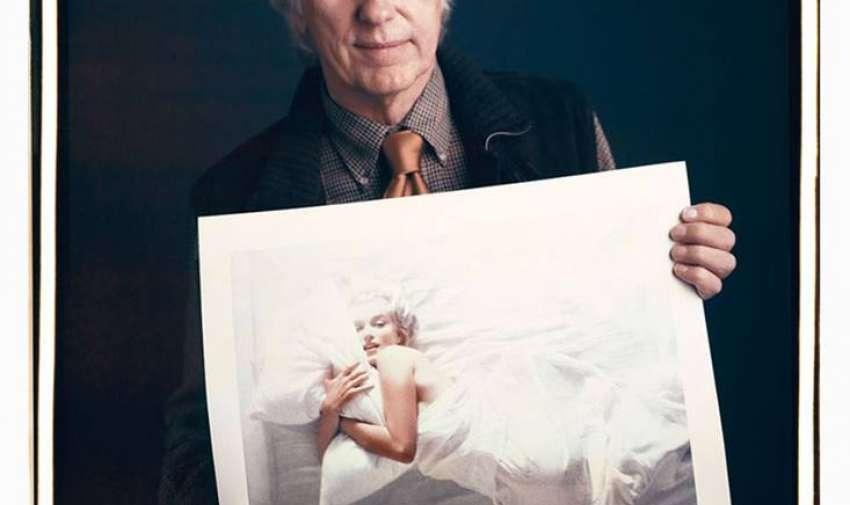 Douglas Kirkland con una foto de Marilyn Monroe.