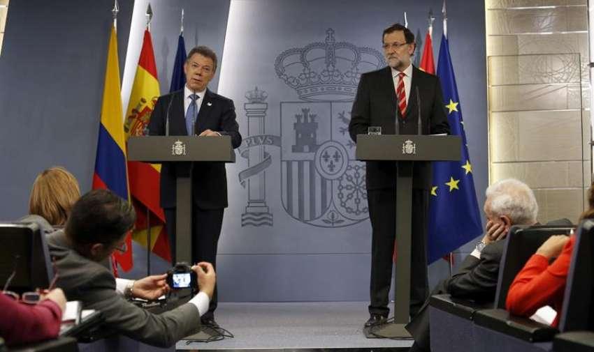 El presidente del Gobierno, Mariano Rajoy,d, y el presidente de Colombia, Juan Manuel Santos,durante la rueda de prensa conjunta que ofrecieron hoy en el Palacio de La Moncloa ,donde se reunieron hoy para analizar, entre otras cosas, las relaciones políticas y económicas bilaterales. EFE