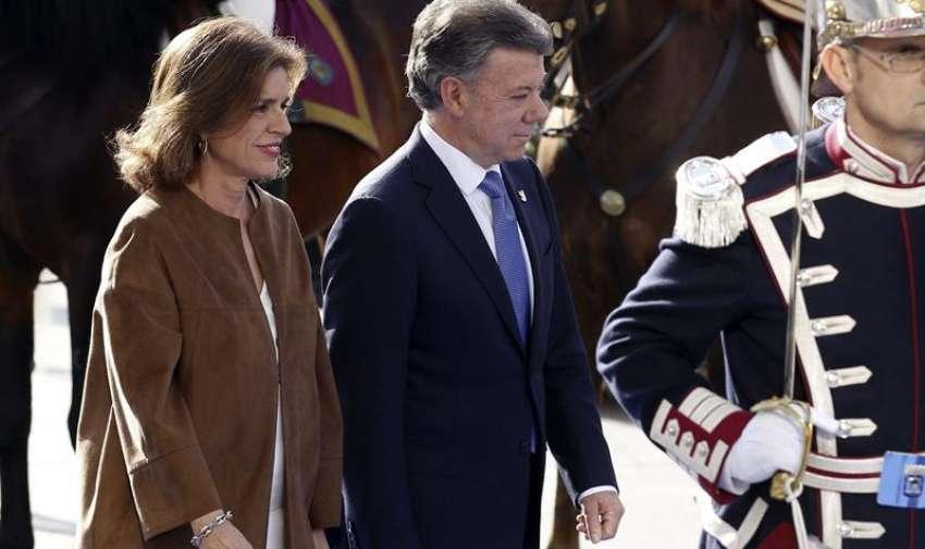 La alcaldesa de Madrid, Ana Botella (i), recibe al presidente de la República de Colombia, Juan Manuel Santos Calderón (d), para hacerle entrega de la Llave de Oro de la Villa de Madrid en un acto que ha tenido lugar esta tarde en la sede del Ayuntamiento. EFE/