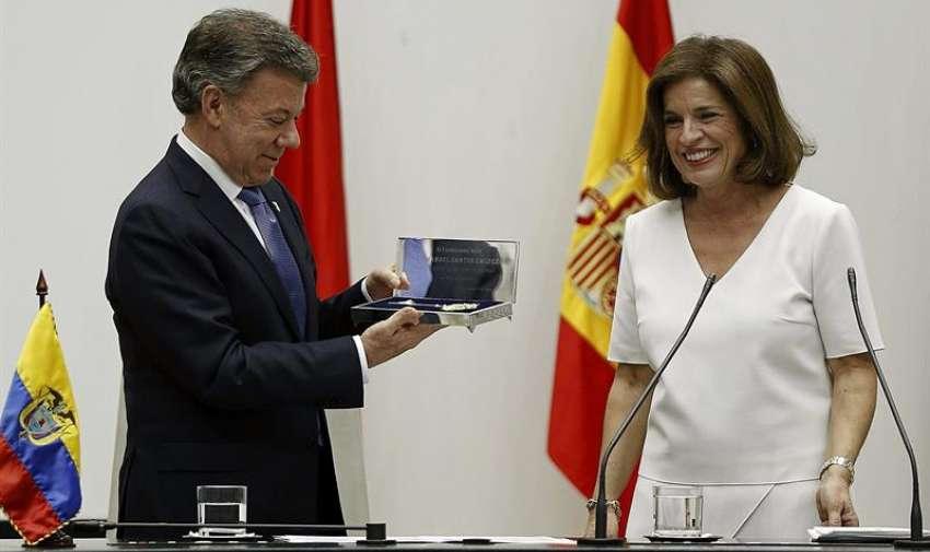 La alcaldesa de Madrid, Ana Botella (d), hace entrega de la Llave de Oro de la Villa de Madrid al presidente de la República de Colombia, Juan Manuel Santos Calderón, en un acto que ha tenido lugar esta tarde en la sede del Ayuntamiento. EFE