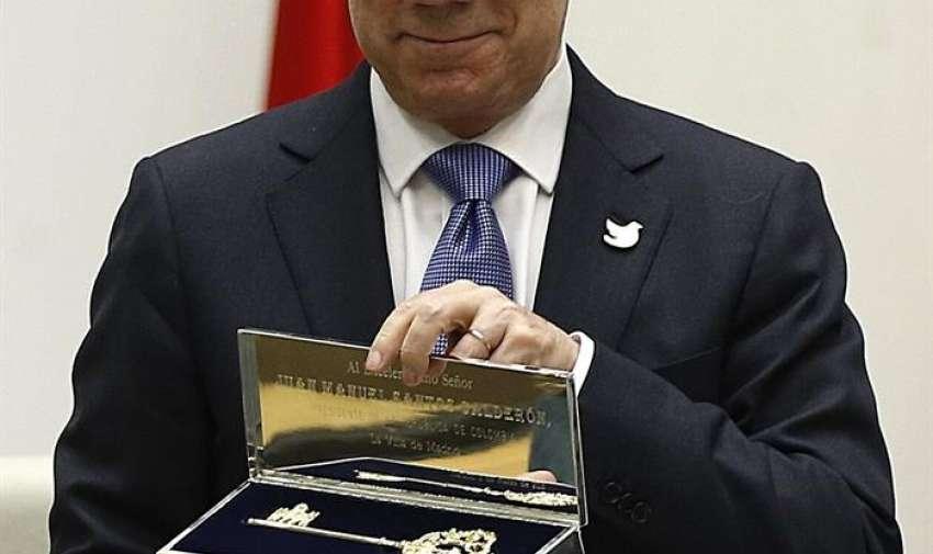 El presidente de la República de Colombia, Juan Manuel Santos Calderón, posa con la Llave de Oro de la Villa de Madrid que le ha entregado la alcaldesa de Madrid, Ana Botella, en un acto que ha tenido lugar esta tarde en la sede del Ayuntamiento. EFE