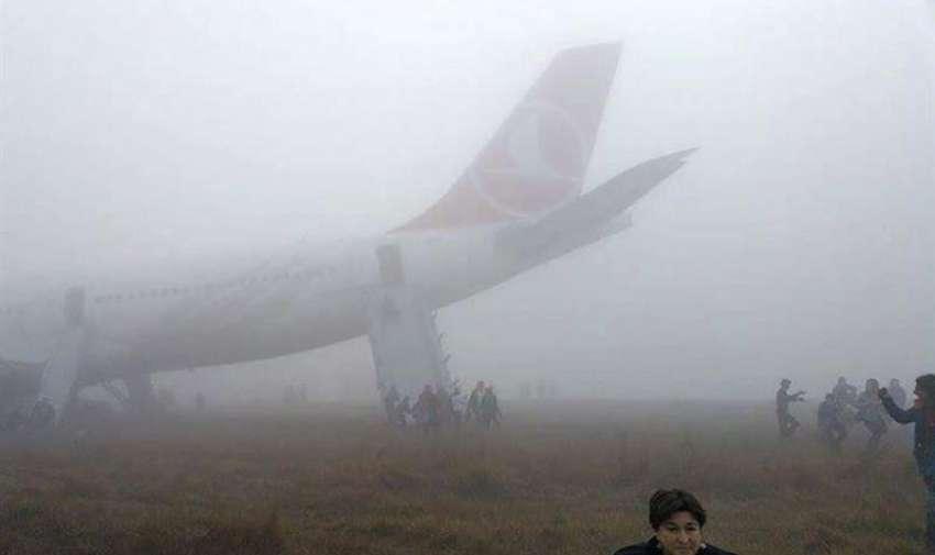 Fotografía tomada por uno de los pasajeros con un smartphone muestra la evacuación de un airbus de Turkish Airlines tras un brusco aterrizaje en el aeropuerto internacional de Katmandú (Nepal) hoy, miércoles 4 de marzo de 2015.EFE