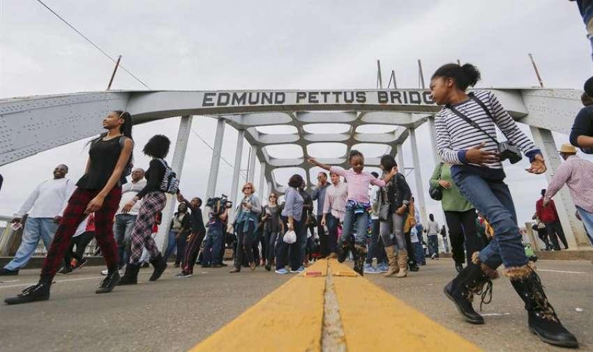 Miles de personas inundan las calles durante la conmemoración del aniversario 50  por los derechos civiles en Selma, Alabama, EE.UU. EFE