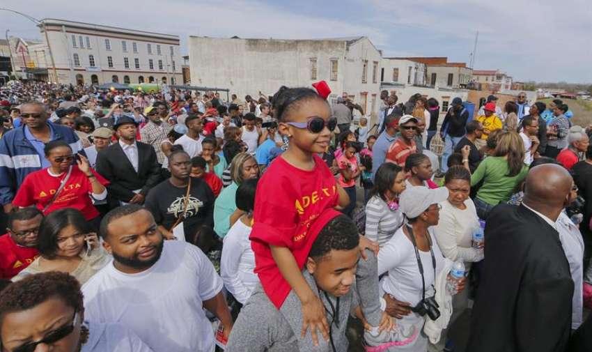Una pequeña niña que avanza sobre los hombros de su padre, durante la marcha en Selma, USA. EFE