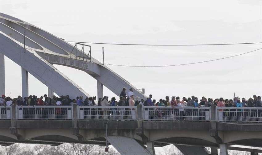 """Los manifestantes cruzan el puente Edmund Pettus durante la conmemoración 50  del cruce del puente del """" Domingo Sangriento """" , en Selma, Alabama, EE.UU. EFE"""
