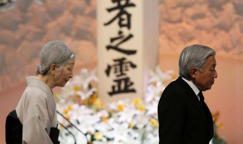 El emperador de Japón, Akihito (c), acompañado por la emperatriz Michiko, ante el altar a las víctimas del seismo y tsunami del 11 de marzo de 2011