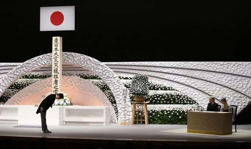 El primer ministro nipón, Shinzo Abe (izq), hace una reverencia a los emperadores de Japón, Akihito (2º dcha) y Michiko (dcha), ante el altar a las víctimas del seismo y tsunami del 11 de marzo de 2011, durante una ceremonia conmemorativa nacional en Tokio (Japón) hoy, miércoles 11 de marzo de 2015. EFE
