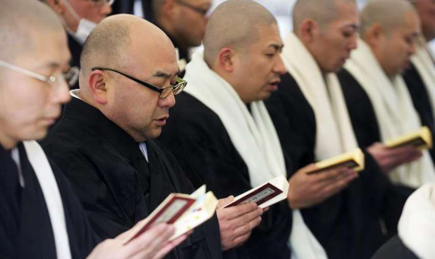 Un grupo de monjes budistas reza por las víctimas del terremoto y posterior tsunami de 2011, en un templo del Monte Koya (Japón). EFE